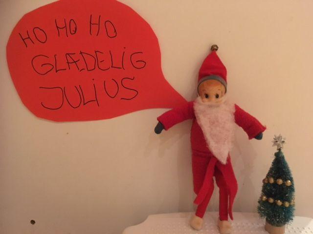 24. Dec. Julius har klædt sig ud som julemanden.