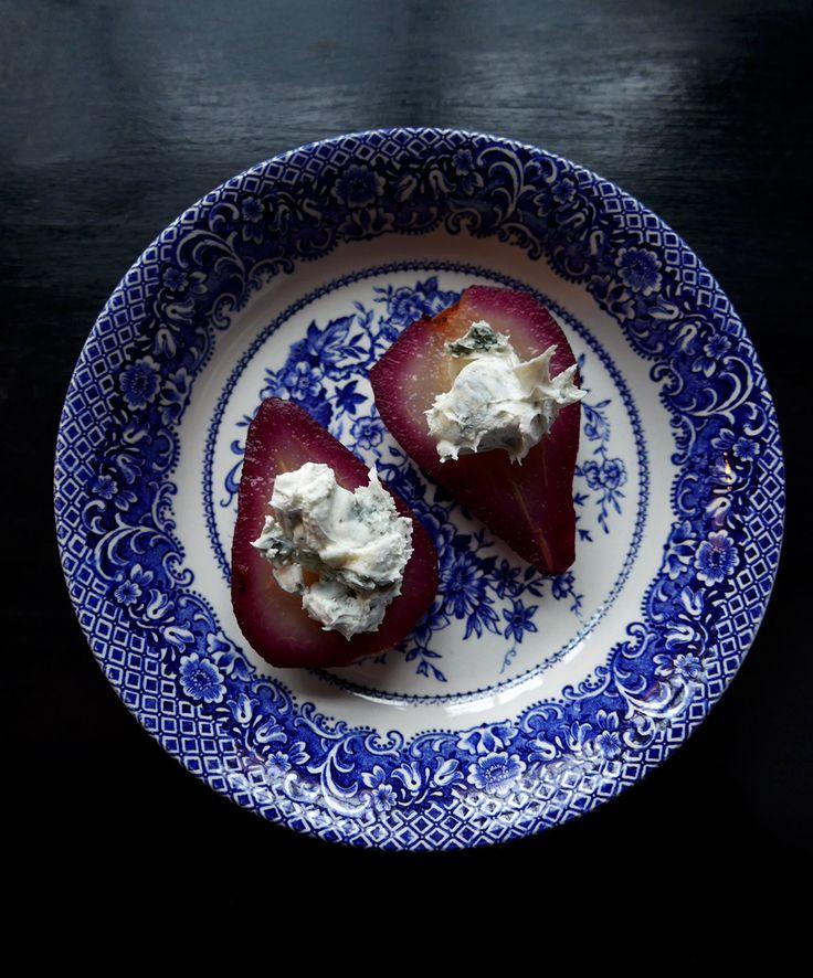 Päron kokta i rödvin serverat med gorgonzola & Vaio Armaron från Masi. Läs mer på Foodfolder.se