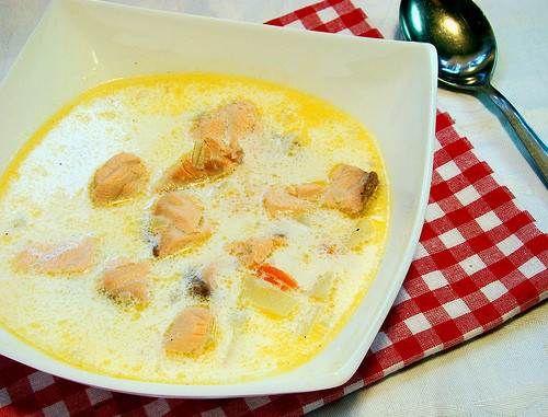 Суп сливочный на рыбном бульоне с семгой Что взять для блюда Суп сливочный на рыбном бульоне с семгой — состав: ☀ филе свежей семги — около 350 грамм плюс готовый рыбный (сваренный заранее) бульон; ☀ две моркови; ☀ свежие помидоры — около 300 грамм; ☀ пять средненьких картофелин; ☀ соль; ☀ репчатая луковица; ☀ сливки — около 500 мл; ☀ масло растительное и зелень свежая.