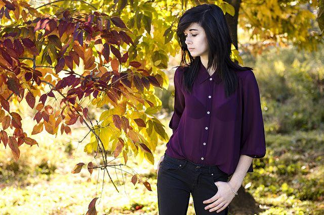 Schöne dünne Bluse in dunklem Lila, schön auch die Bildkomposition mit dem rötlichen Herbstlaub. Schön auch das schwarz des Haars, der Hose und des BH's im Kontrast zur hellen Haut und den leuchtenden Farben der Herbstsonne.