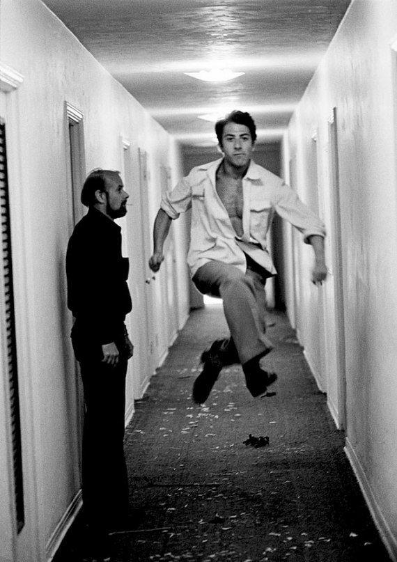 НовостиДастин Хоффман и режиссер Боб Фосс, 1981  «Дастин Хоффманн — один из самых веселых людей на свете, постоянно смеялся и дурачился. Мы все были в отеле, и тут он ни с того ни с сего решает совершить этот прыжок мимо Боба Фосса. Эта фотография вообще очень хорошо характеризует Дастина как человека»
