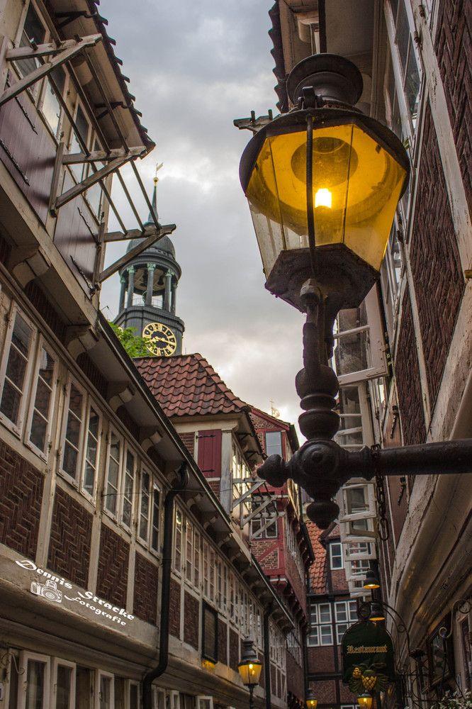 Hamburgs älteste Gasse / Krameramtsstübchen mit Blick auf den Michel von Dennis Stracke