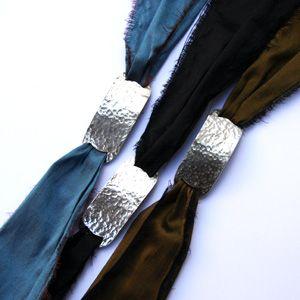 Création artisanale, made in France, de liens en soie ornés d'argent, bijoux grigri à porter noués autour du poignet ou du cou.