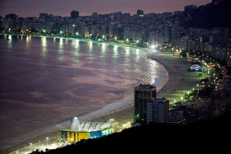 20160817 - A arena de vôlei de praia é vista na praia de Copacabana, no Rio de Janeiro, antes do jogo que vale a medalha de ouro entre as equipes femininas de Brasil e Alemanha pelos Jogos Olímpicos Rio 2016 Imagem: David Goldman/AP