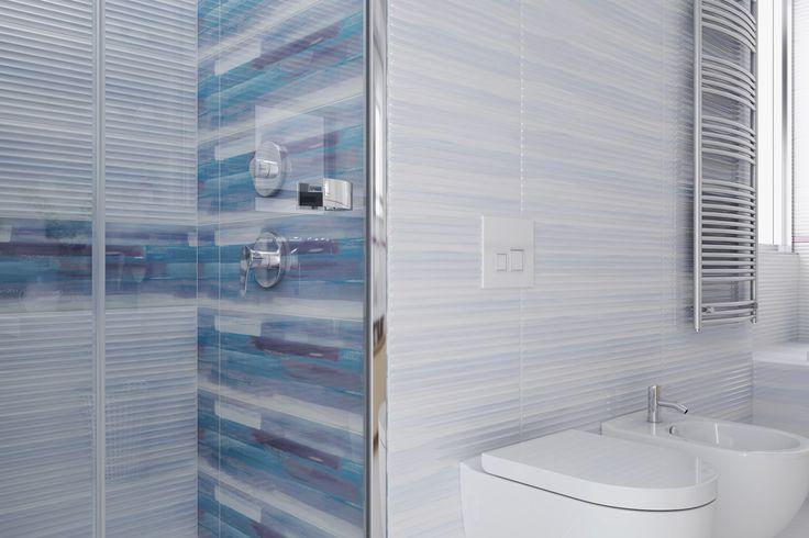 Błękit, strukturalne płytki, artystyczny dekor. Artistico - Opoczno - kolekcja łazienkowa 25x75. Motyw na ścianie niczym burzowe niebo oddane artystycznym pędzlem.