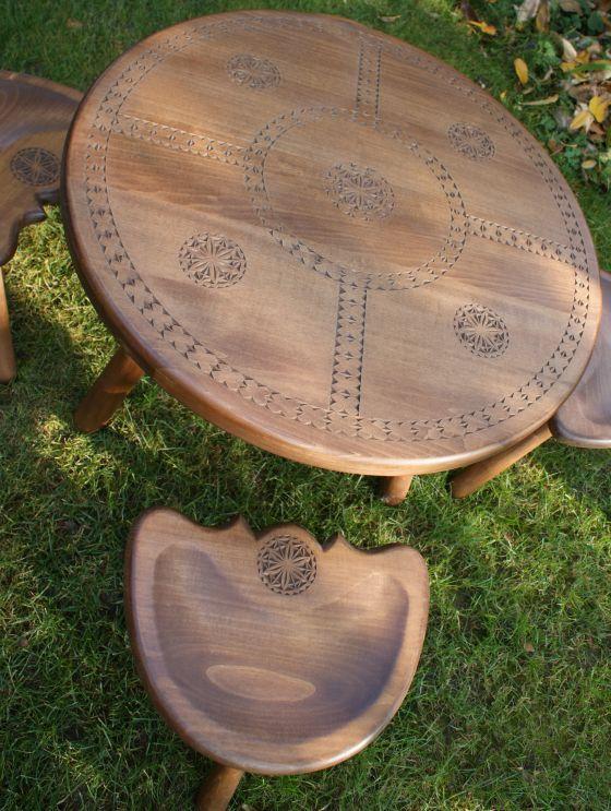 Masa din lemn masiv si 4 scaune incrustate cu motive populare romanesti