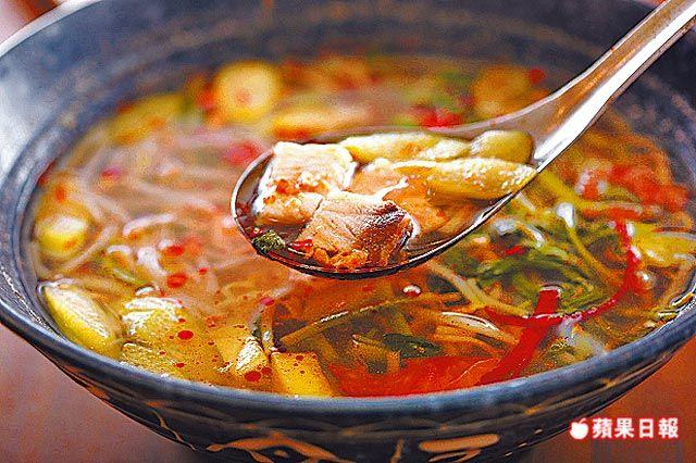 魚酸湯 160元 充滿鳳梨和酸子的酸香味,讓旗魚片吃來更顯爽口。