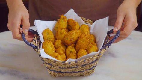 Receita com instruções em vídeo: Agora você pode fazer em casa um bolinho de couve-flor bem dourado, gostoso e fofinho! Ingredientes: 1 couve-flor cozida, 2 ovos, 1 dente de alho amassado, ½ xícara de queijo parmesão, 1 xícara de farinha de trigo, 1 colher de chá de fermento químico, 2 colheres de sopa de salsinha picada, Sal, Pimenta do reino, Óleo para fritar