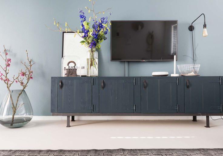 Blauw tv dressoir bij Muge en Marvin uit aflevering 9, seizoen 6 | Make-over door: Marianne Luning | Fotografie Barbara Kieboom