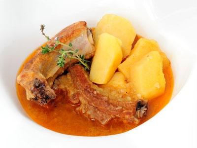 Receta ideal para tupper: Patatas con Costillas en El Toque de Samantha  http://www.canalcocina.es/receta/patatas-con-costillas-4