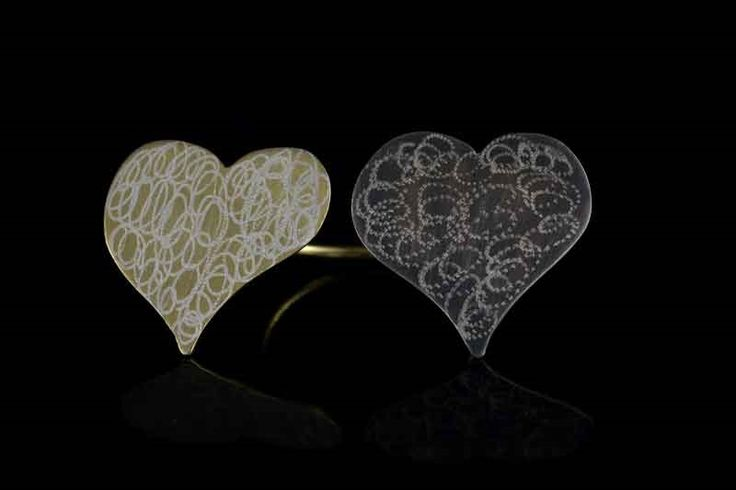 Δαχτυλίδι 11  Χειροποίητο δαχτυλίδι με 2 καρδιές,η μια απο επιχρυσωμένο μάτ ασήμι 925 και η δεύτερη απο οξειδωμένο ασήμι 925,φινιρισμένο με ιδιαίτερη τεχνική  Το δαχτυλίδι ειναι ανοιχτό και ρυθμιζόμενο στο μέγεθος του δαχτύλου  Η καρδιά ειναι σύμβολο της αγάπης Τιμή 80.00 ευρώ
