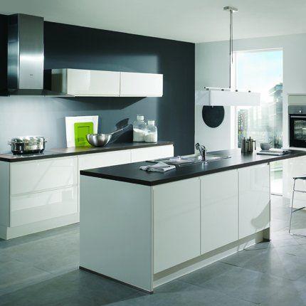 Cuisine blanche et noire Ixina avec îlot. http://www.m-habitat.fr/amenagement/ilot-central/bien-choisir-son-ilot-de-cuisine-426_A
