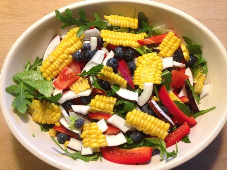 Salat med kokos. En lækker sprød salat med kokos, blåbær og majs. Kan sagtens anvendes som en hovedret med et stykke kød, kylling eller brød til.