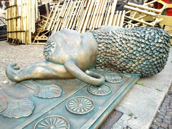 """""""Abbiamo passato una bellissima vacanza""""...""""Il tiramisu più buono che abbiamo mai mangiato"""". Frasi come queste annullano ogni stanchezza. (il """"leone stanco"""" fa parte delle scenografie dell'Arena)/ """"We had an amazing vacation at your house"""" ...""""The best tiramisu we've ever eaten"""". Words like these make you forget tiredness. (the """"tired lion"""" statue is part of the Arena stage design)"""