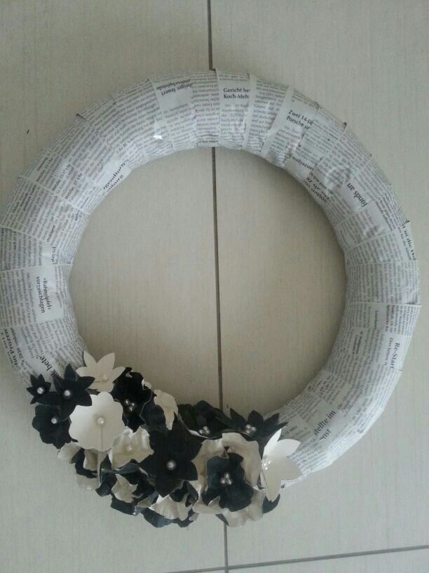 Türkranz mit Zeitungs Papier bezogen und aus Tapen Papier  Blumen hergestellt ..
