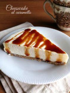 Il cheesecake al caramello è un dolce al cucchiaio senza cottura fatto con una base di biscotti al grano saraceno e tanta bella crema al caramello
