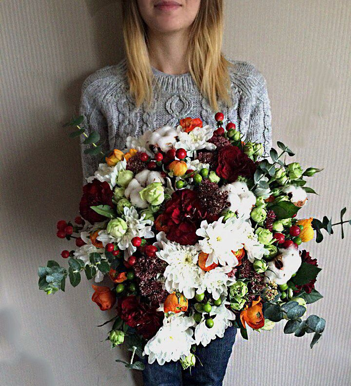 This was a very big #bouquet in brown paper. Used #flowers: red carnation, orange ranunculus, white peony spray rose, hypericum red and green. #ukraine #bride #papergarland #цветы #букетыназаказ #украина #днепропетровск #букет_невесты #свадебная_флористика #организация_свадьбы #координация_свадьбы #свадебный_координатор