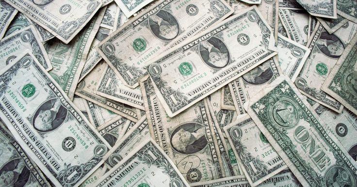 Cómo retirar dinero de un plan 401K. Al experimentar un problema financiero, muchas personas recurren a su plan 401k. Retirar dinero de tu plan es bastante fácil si ya no trabajas para el patrocinador del plan. Sin embargo, si todavía eres su empleado, puede ser un poco más complicado. Pero aun así, hay maneras de usar tu 401k solicitando un préstamo por dificultades financieras ...