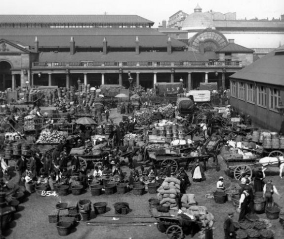 Covent Garden Market  circa 1890:  Traders at London's busy market in Covent Garden.  (Photo by London Stereoscopic Company/Getty Images)