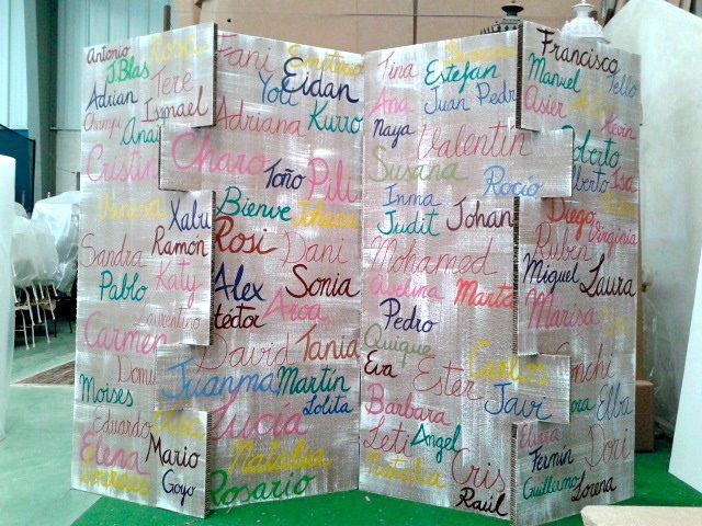 Biombo de cartón con nombres