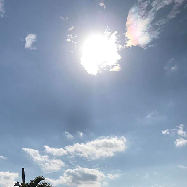 【kaaaaase0518】さんのInstagramをピンしています。 《. 奇跡の彩雲🌈 . 本日ぴーかん🌞 あついあついあつい!! . 夏が恋しくなってきた❤️ 今年はどんな夏にしようかな😋🏝 . #okinawa#沖縄#イマソラ#無加工#空#sky#summer#海#ピーカン#暑い#夏日》