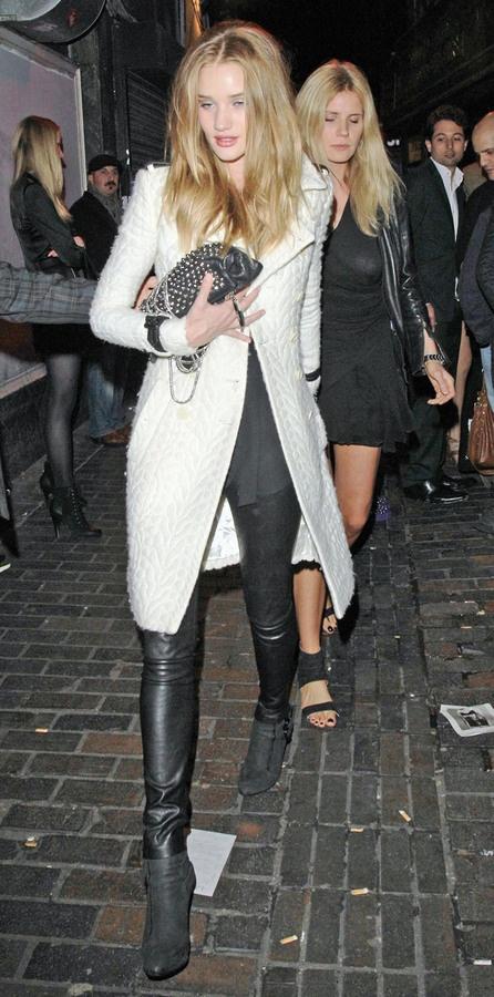 Роузи Хантингтон-Уайтли в субботу после тусовки в ночном клубе The Box.