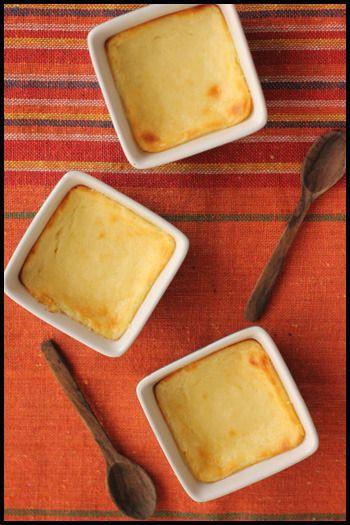 お子さんが喜ぶレシピ♪  [材料] ヨーグルト・・・1パック さとう・・・大さじ4 卵・・・1/2個 小麦粉・・・大さじ1/2 レモン汁・・・小さじ1 バター・・・20g  [作り方] 水切りしたヨーグルトに溶かしバター・砂糖・卵を混ぜたもの、レモン汁、小麦粉を入れて焼いたら出来上がり!お手軽なのに本格的なチーズケーキになります。