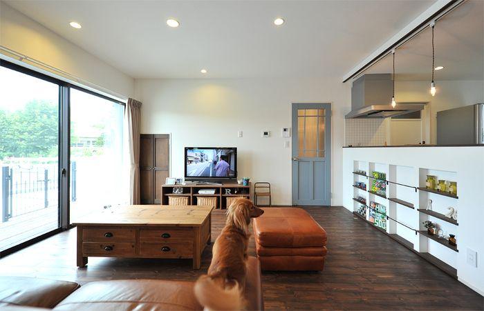 ウォルナットカラーのパイン床材が、ヴィンテージ感のある造作ドアを引き立てています。シャビーな雰囲気でも、シンプルなインテリアにしたことで清潔感がありますね。