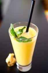 Smoothie Mangue Banane un jus de fruits naturel et vitaminé, à servir bien frais
