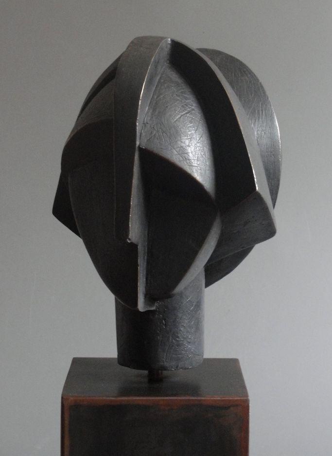 Garbi. Bronce patinado,. Edicion de 7. 26 X 23 X 21 cm