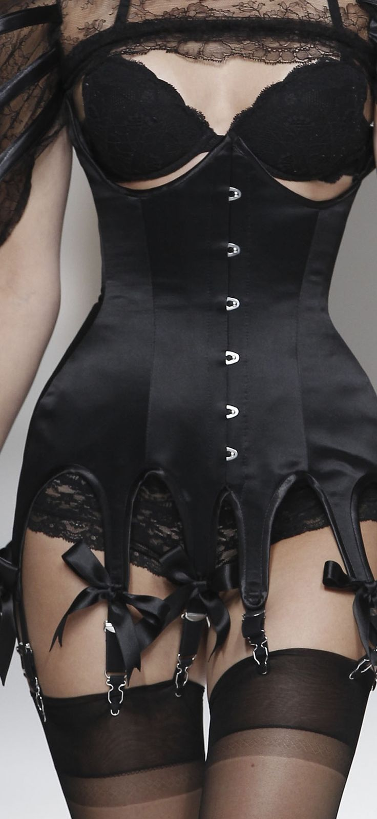 I have an underbust like this (somewhere), I just need to be able to wear it again!  Love bows, too.