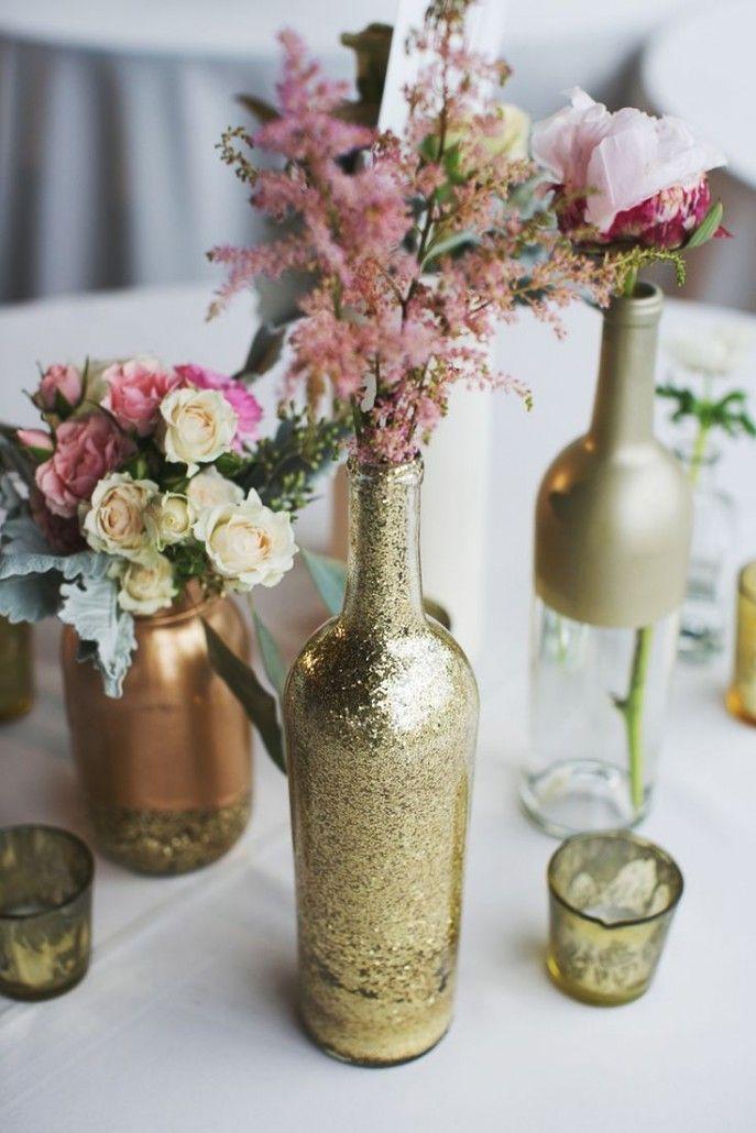 Garrafas reutilizadas, glitter, tinta.  Dourado toque especial