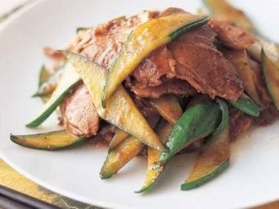 ウー ウェンさんのゆで豚を使った「きゅうりの回鍋肉(ホイコーロー)」のレシピページです。本来キャベツとゆで豚で作るところを、きゅうりで。表面はしんなり、でも歯ごたえのあるきゅうりとの組み合わせは抜群。ご飯もすすみます。 材料: ゆで豚、きゅうり、にんにく、A、スープ、サラダ油、酒、かたくり粉、こしょう