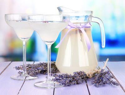 Um brinde com espumante ou um copo de limonada com um toque de lavanda
