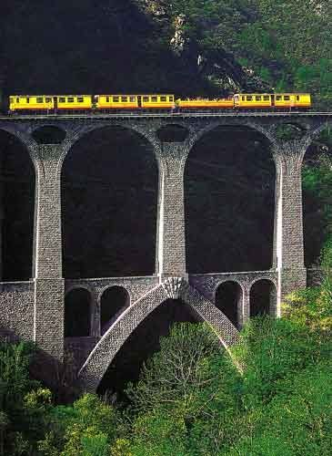 Séjourné Viaduc Bridge - Yellow train