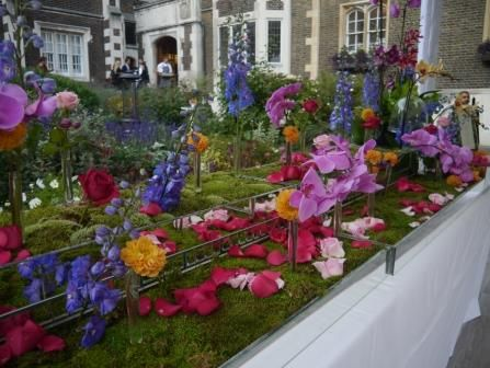 This garden bed is so creative and very effective, this was assembled on a table Wow!