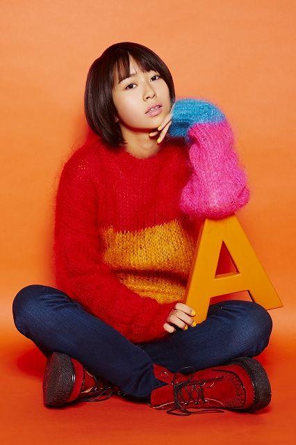 ゲスト◇和島あみ(Ami Wajima)北海道・倶知安町出身。幼少より自身の特徴ある声へのコンプレックスを持つ中、歌でならこの声も活かせるのではないかと次第に歌手への強い想いや憧れをもつようになる。その想いが強まる中、中学を卒業と同時に意を決して単身札幌に渡り学業の傍ら歌のレッスンに励む日々を送っていた。 2016年に開催されたホリプロ×ポニーキャニオン 次世代アニソンシンガーオーディションで応募総数10,041名の中からグランプリを獲得したのをきっかけにメジャーデビューを果たす。 ストレートに突き刺さる深みのある歌声とその情感こもるステージングで見る人全ての視覚を奪う、期待の次世代アニソンシンガー。