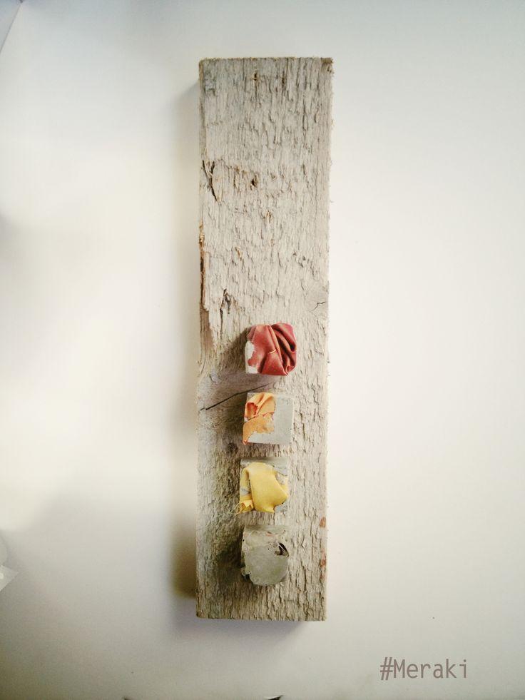 My Meraki Totem colors I. Cemento, scarti di tessuto, legno da cassero.