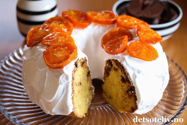"""Dette er en supersaftig formkake med veldig god smak av appelsin og sjokolade. Jeg har brukt presset appelsinsaft i kakedeigen i tillegg til hakket appelsinsjokolade. Oppskriften er basert på Lettvint formkake, så dette er en kake som er veldig rask å lage. Formkaken er god som den er, men i dag har jeg """"pimpet"""" den opp litt ekstra med fluffy marengsglasur. Pynten er syltede mandarinskiver. Alternativt er nok denne formkaken også veldig god om den pyntes med smeltet melkesjokolade...."""