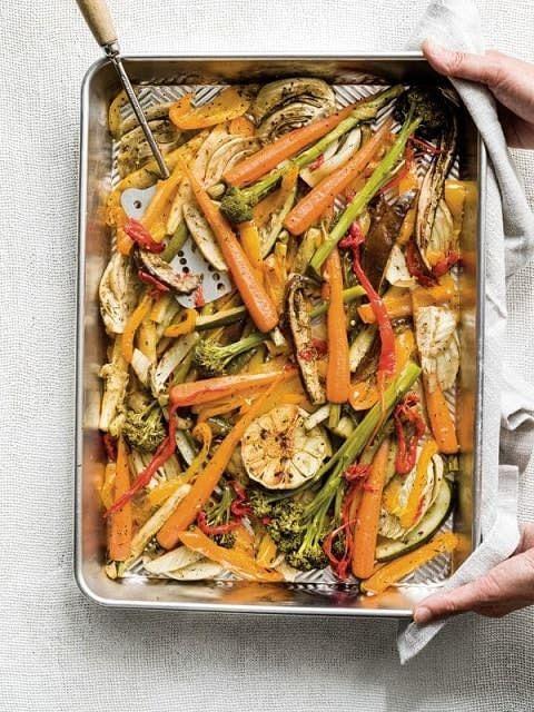 1. Verwarm de oven voor op 200°C. 2. Snij de ongepelde bol look horizontaal middendoor. 3. Snij het wortelloof tot op 1 cm boven de wortel af en schil de wortelen. 4. Snij de venkel en aubergine in partjes. 5.
