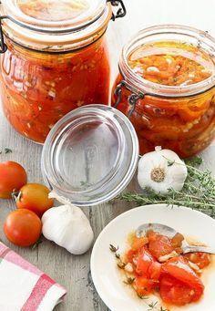 Wanneer je een aantal tomaten overhebt van het koken kun je deze gemakkelijk bewaren in een weckpotje! Het ziet er ook nog eens super leuk uit. Bij Xenos hebben we ook vele soorten weckpotjes in het assortiment!