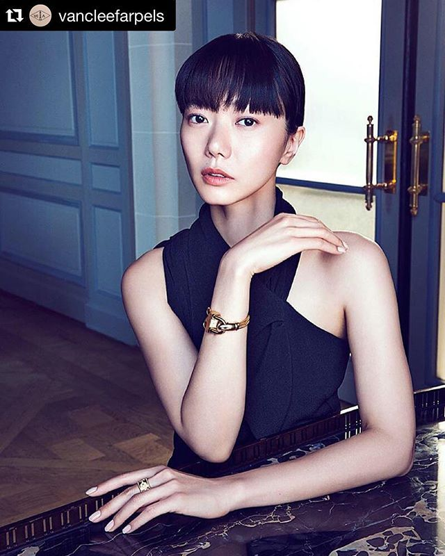 #Repost @vancleefarpels ・・・ South Korean actress @doonabaeofficial wearing Van Cleef & Arpels Cadenas Bracelet Or watch - yellow gold, mother-of-pearl and quartz movement - and #VCAPerlée Clover ring - yellow gold and diamonds. Photo by Richard Ramos at @FastManagement  styling by Kanako b. Koga @kanakobkoga  Makeup&hair by Sada Ito @sadaito  #VCAcadenas #WWHK2015