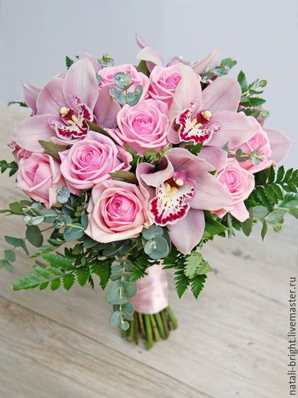 Купить или заказать Розовый букет невесты с орхидеей и розами в интернет-магазине на Ярмарке Мастеров. Розовый букет невесты с орхидеей и розами. Букет невесты из живых цветов. Букет состоит из розовой орхидеи Цимбидиум, розовых роз и декоративной зелени. Возможна другая цветовая гамма букета. Букеты невест можно посмотреть здесь - www.livemaster.ru/natali-bright?cid=326749 Любые вопросы можно задать в 'сообщении мастеру'.