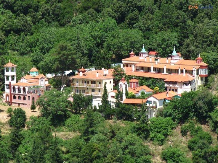 Μονή Αγίου Γεωργίου - http://www.ilia-mare.gr/moni-agiou-georgiouΣτην ΝΔ πλευρά του όρους Τελέθριον και σε απόσταση 7 χλμ. από τα Ήλια, βρίσκεται το ιστορικό μοναστήρι του Αγίου Γεωργίου σε υψόμετρο τετρακοσίων μέτρων, χτισμένο σε μαγευτική τοποθεσία. Η θέα από το δρόμο είναι πανοραμ