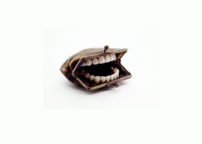 Bissige Geldbeutel, Dartpfeile aus Schmetterlingsflügeln und Mundharmonika-Waben. Nancy Fouts stellt Verknüpfungen her, die dich zum Schmunzeln bringen. #bite #money #teeth #art #modernart #artwork #nancyfouts #creative #combination  📝 Article: Pierre 📷 Photo: Nancy Fouts 🍰 Link: http://schoenhaesslich.de/2012/nancy-fouts/