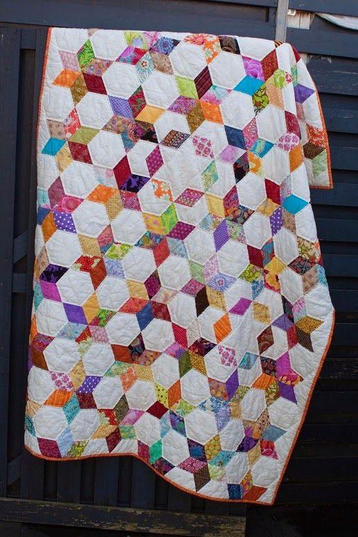 2013 ben ik begonnen met de sterren quilt, een van de, want er zijn er meer.   En nu dik twee jaar later is hij dan af.     Altijd spannen ...