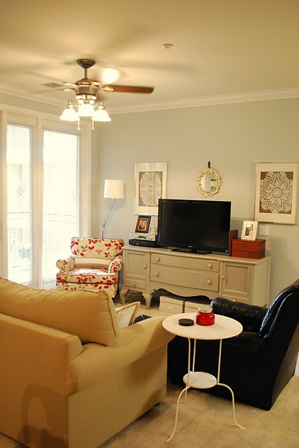 Cute cozy living room.....i would like this for my first apartment
