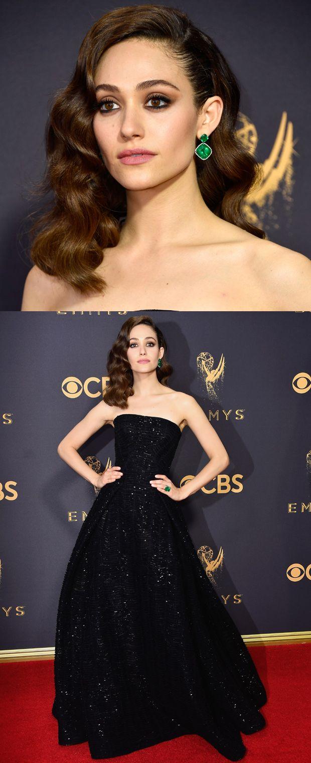 Clássica, elegante e belíssima, Emmy Rossum veste tomara que caia Zac Posen e joias Lorraine Schwartz