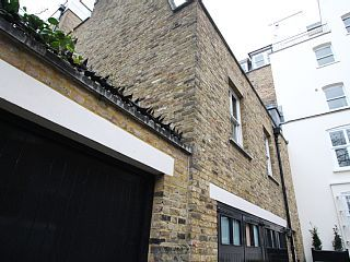 Book this holiday house in Pimlico: HomeAway ID 6889095 This modern, comfortable, centrally-heated property is in a listed building with 3 double bedrooms and one single bedroom, one with twin single beds, all with en-suite shower/toilet rooms, with fitted storage wardrobes. FOR THOSE SEEKING TO USE THE 4TH SINGLE BEDROOM, THEN AN INCREASED RENTAL CHARGE IS LEVIED. The property is fully renovated to a modern standard, and is an ideal...