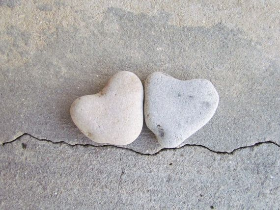 Un paio di cuore soulamte. Scultura di cuore dalla natura. Questi bello pietra sono uno dei pochi che ho trovato sulla spiaggia di Herliya sono quasi perfettamente modellati come esso era stata disegnata a mano, ma come natura crea arte di per sé è assolutamente incantevole. La pietra si forma naturalmente e surf tumble per un periodo di tempo.  Un piccolo regalo a una persona speciale come segno di amore, una pietra semplice gratitudine per lo rendono felice, qualcosa da tenere per…